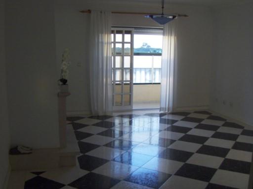 L'appartement 4 âne, António Saint, la cuisine 14.00 m2, 2 WC´LE S avec 7.00 m2 et 6.00 M2, loger 24.00 m2, la Suite avec 20.00 m2, 2 pièces avec 15.00 m2 et 15.00 m2, Varandah avec 4.00 m2, la Collection avec 26.00 m2, le Garage avec 15.00 m2 à 600 mètres de la plage. POUR PLUS D'INFORMATIONS LE TELEPHONE POUR nº 212 900 052/968 943 876/916 173 466