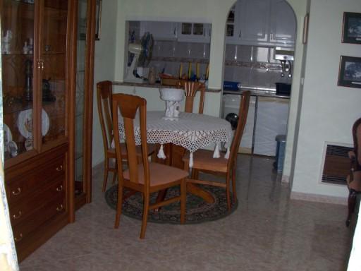 apartamento 2 ass, Costa de Caparica, transportes públicos, Cozinha 5.00 m2, WC com 6 m2, sala 22.00 m2, quarto com 14.00 m2,hall com 2 m2, e a 600 metros da praia. PARA MAIS INFORMAÇÕES TELEFONE PARA nº 212 900 052 / 968 943 876/916 173 466